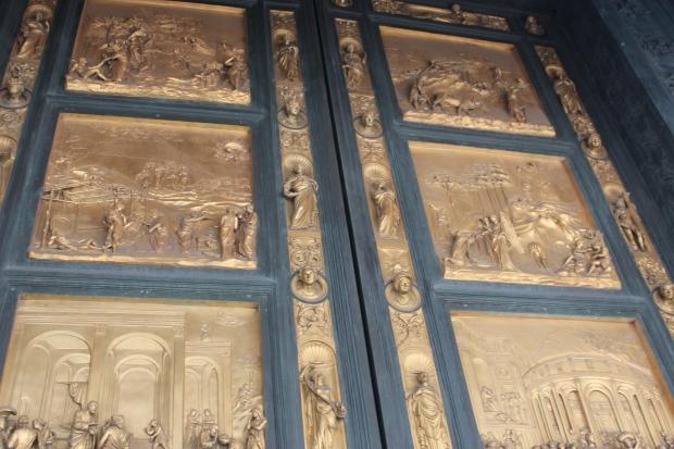 A porta de bronze do Batisttero de San Giovanni com representações do Inferno de Dante