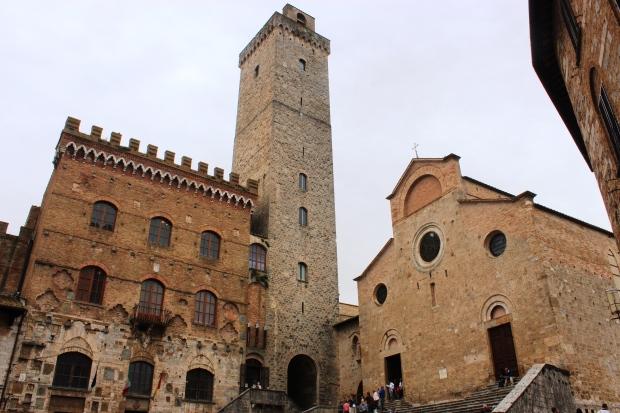 Torre Grossa localizada entre o Palazzo Comunale (prefeitura) e a igreja, na Piazza del Duomo