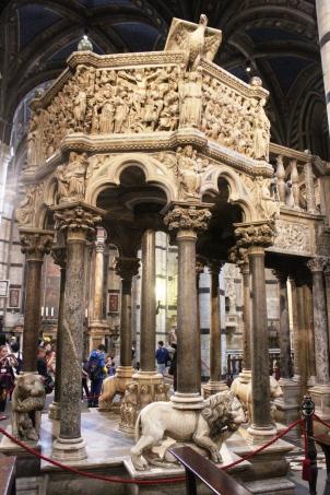 Púlpito d Catedral de Siena, feito em mármore de Carrara no ano de 1265, por Nicola Pisano e seu filho, Giovanni Pisano.