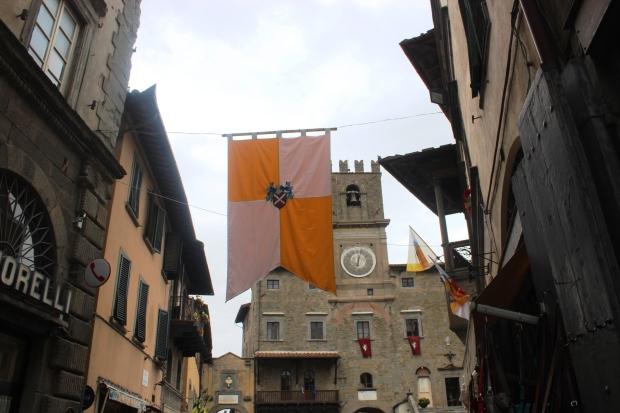chegando na Piazza della Reppublica pela Via Nazionale. Essa é a bandeira da cidade