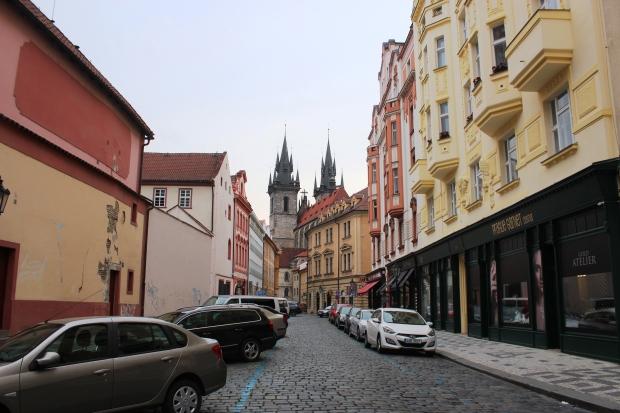 Rua em Praga, entre a Praça da República e a Praça da Cidade Velha (Staroměstské Náměstí)