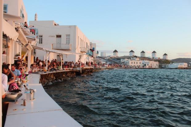 Enorme quantidade de pessoas empilhadas nas varandas de Pequena Veneza para assistir ao pôr do sol