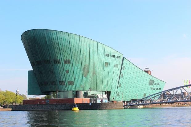 NEMO (Museu da Ciência) com o prédio em formato de proa de navio