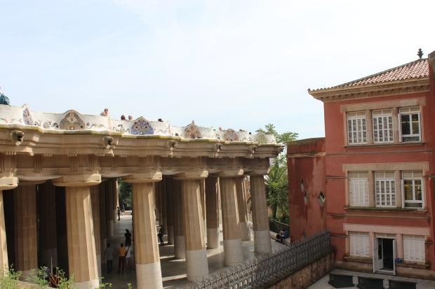 Sala Hipostila vista de fora. Acima esá a praça e os bancos de cerâmica.