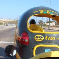 Cocotáxi pelas ruas de Havana